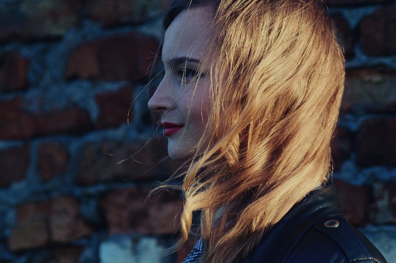 金髪の女性
